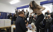 Cô gái Italy ngực trần nhảy lên bàn phản đối cựu thủ tướng Berlusconi