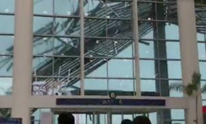 Gió thổi tung tấm lợp mái che sân bay Trung Quốc