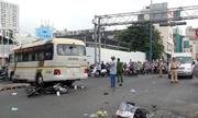 Ôtô khách tông hai xe máy ở Sài Gòn, 4 người bị thương
