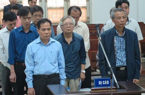 Ông Hoàng Thế Trung (áo xanh, ngoài cùng bên trái) và các bị cáo.
