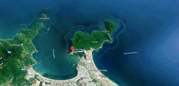 Vị trí tàu sân bay (chấm đỏ trên bản đồ) khi vào cảng Tiên Sa, Đà Nẵng.