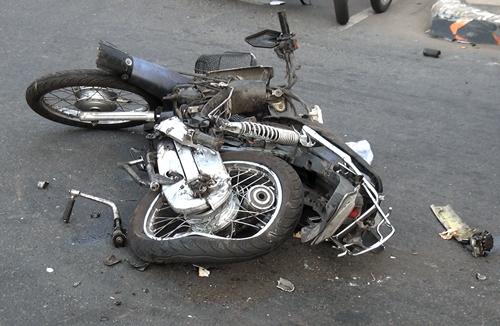 Xe máy bị tông nát sau vụ việc. Ảnh: Tin Tin