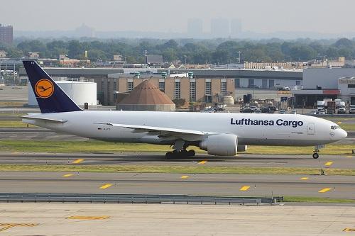Băng trộm lấy cắp tiền từ máy bay Lufthansa đang đỗ tại cảng hàng không ở Brazil. Ảnh: Flickr.