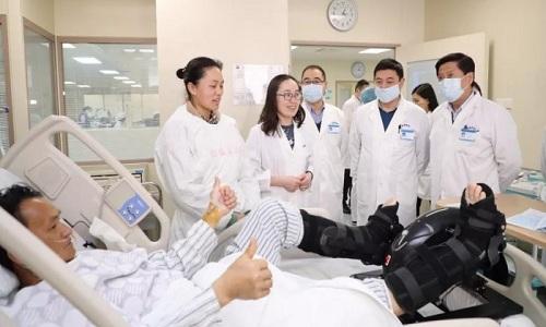 Người chồng đang trong quá trình hồi phục sau phẫu thuật ghép gan từ vợ ở bệnh viện Nam Kinh. Ảnh: SCMP.