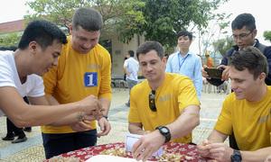 Hải quân tàu sân bay Mỹ thi bóc tỏi với bệnh nhân ở Đà Nẵng