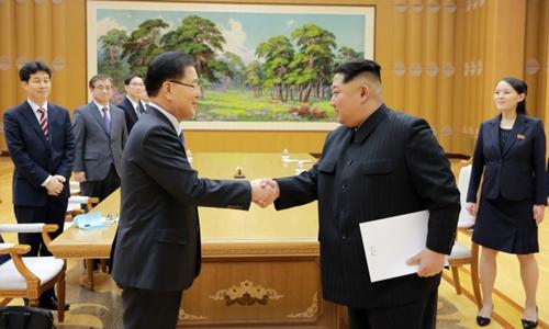 South Korean envoy Chung Eui-yong (left) delivers President Moon Jae-ins letter to North Korean leader Kim Jong-un in Pyongyang on Monday. (Cheong Wa Dae)