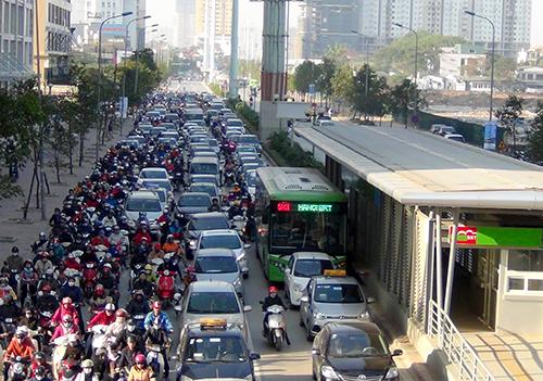 Sở Giao thông Hà Nội khẳng định chưa có chủ trương cho các phương tiện đi vào làn xe buýt nhanh BRT. Ảnh minh hoạ: Bá Đô.