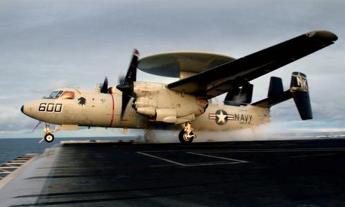 Máy bay E-2C lao khỏi đường băng nhờ hệ thống máy phóng hơi nước. Ảnh: US Navy.