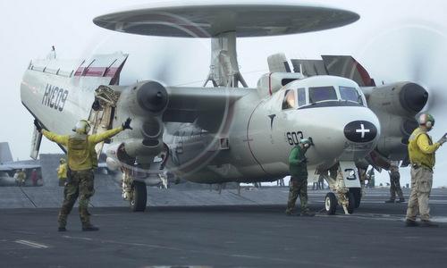 Một chiếc E-2C với cánh gập gọn trên boong tàu sân bay. Ảnh: US Navy.
