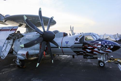 Máy bay E-2C trên boong tàu Carl Vinson tại Việt Nam. Ảnh: Nguyễn Đông.