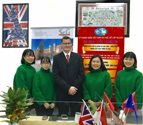 Giám đốc tuyển sinh của Tập đoàn SEG Thuỵ Sỹ tại Công ty tư vấn du học Cầu Xanh - văn phòng tuyển sinh trực tiếp của SEG tại Việt Nam.
