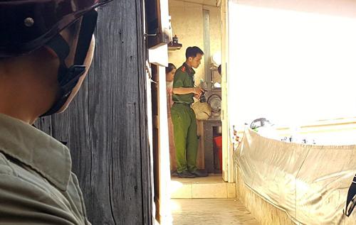 Cảnh sát khám nghiệm hiện trường vụ án mạng. Ảnh: Khánh Hương.