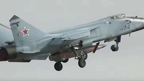 Tên lửa Kinzhal treo dưới bụng tiêm kích MiG-31. Ảnh chụp màn hình.