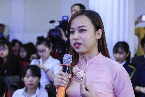 Nữ sinh Học viện Nông nghiệp Việt Nam đặt câu hỏi về khởi nghiệp cho Phó chủ tịch nước. Ảnh: Dương Tâm