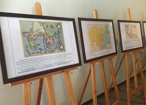 Trưng bày bản đồ cổ về chủ quyền của Việt Nam vớihai quần đảo Hoàng Sa, Trường Sa. Ảnh:Nguyễn Khai Tâm