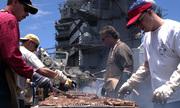 Thủy thủ tàu sân bay Mỹ Carl Vinson nướng thịt giữa biển khơi