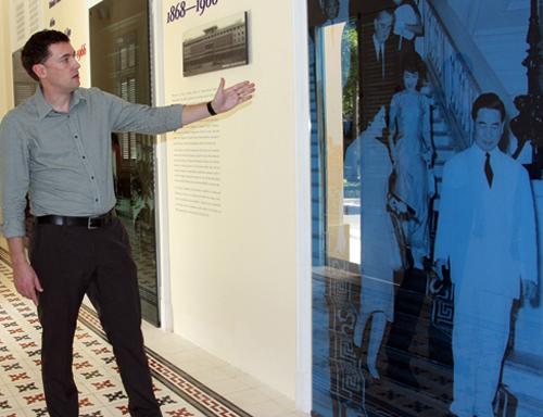Giáo sư sử học Edward Miller (phải) và TS Lê Thị Minh Lý tham quan trưng bày.Ảnh: Mạnh Tùng.