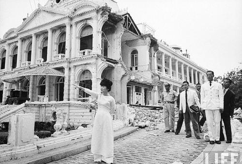 Bà Trần Lệ Xuân kiểm tra dinh Norodom sau khi bị đánh bom ngày 27/2/1962. Ảnh: LIFE.