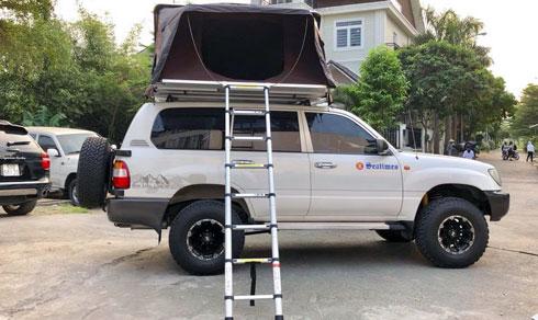 Lều dành cho 4 người gắn cố định trên nóc xe có giá bán trên 60 triệu đồng.