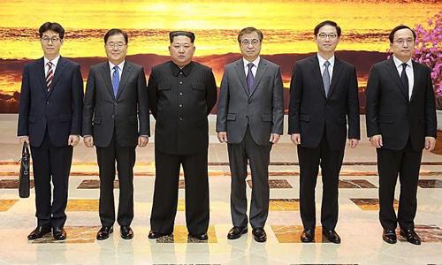 Lãnh đạo Triều Tiên Kim Jong-un (thứ ba từ trái sang) chụp cùng đoàn đặc phái viên Hàn Quốc vào ngày 5/3. Ảnh: CNN.