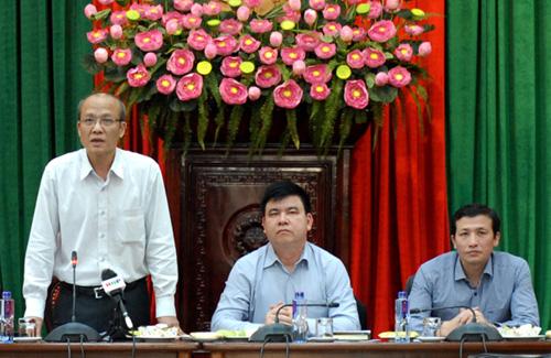 Phó giám đốc Sở Giao thông Vận tải Hà Nội Ngô Mạnh Tuấn (ngoài cùng bên trái) tại cuộc họp chiều 6/3. Ảnh: Võ Hải.