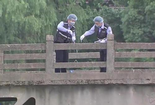 Cảnh sát xem xét vị trí nạn nhân bị vứt xác.