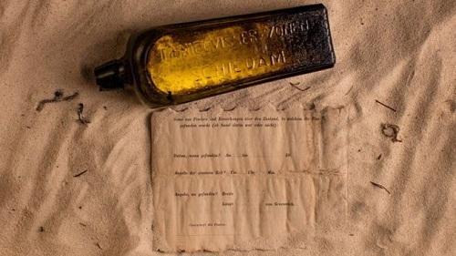 Thông điệp trong chai ghi thời giannó được ném xuống biển là 132 năm trước. Ảnh: BBC.