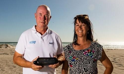 Ông bà Illman nhặt được cái chai trên một bãi biển xa xôi ở Tây Australia. Ảnh: BBC.