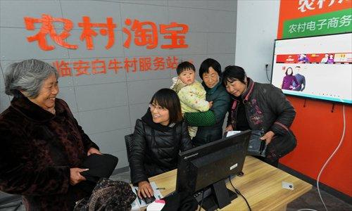 Người dân tụ tập tại một điểm hướng dẫn mua hàng trực tuyến Taobao ở vùng nông thôn Trung Quốc. Ảnh: Global Times.