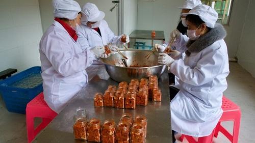 Công nhân trong xưởng làm đậu phụ nhự của Luo đều là người trung niên và cao tuổi. Ảnh: SCMP.