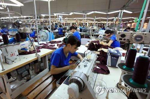 Lao động làm việc trong một nhà máy Hàn Quốc. Ảnh: Yonhap