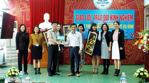 Trường THPT Ba Đình cho học sinh nghỉ học chính khoá để thầy cô đi giao lưu ở Quảng Ninh. Ảnh nhà trường cung cấp.