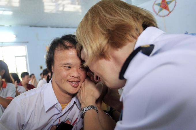Lính tàu sân bay Mỹ vui chơi với trẻ bất hạnh ở Đà Nẵng