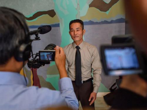Tung Nguyen trong buổi họp báo được tổ chứctại Santa Ana, quận Cam, bang California, vào ngày 28/2 nhằm tuyên bố kiện ICE vi phạm luật liên bang khi bắt giữ người gốc Việt chờ trục xuất. Ảnh: ORC.