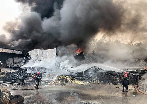 Cảnh sát PCCC đang dập lửa. Ảnh: Sơn Hoà