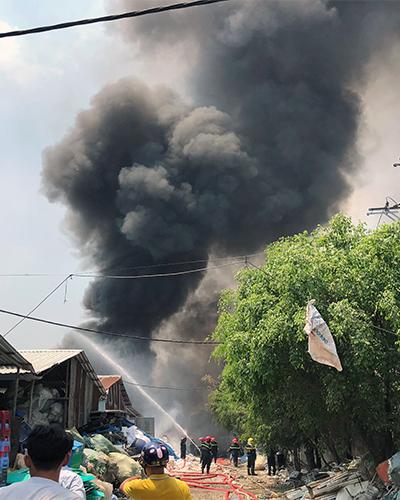Cột khói từ đám cháy ở Bình Chánh. Ảnh: Sơn Hoà