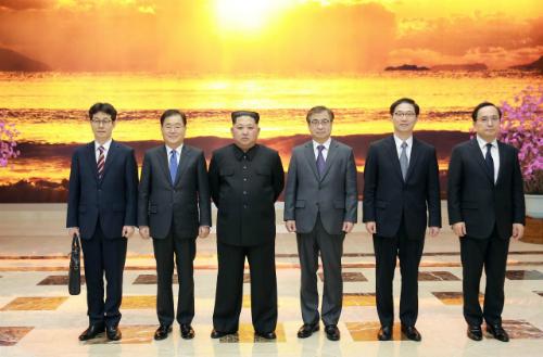Nhà lãnh đạo Triều Tiên Kim Jong-un (thứ hai từ trái sang) họp với phái viên Hàn Quốc tại Bình Nhưỡng ngày 6/3. Ảnh: Reuters.