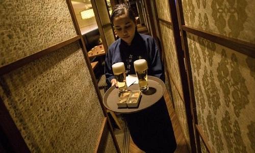 Một lao động nước ngoài trong nhà hàng Gatten Sushi. Ảnh: WSJ.