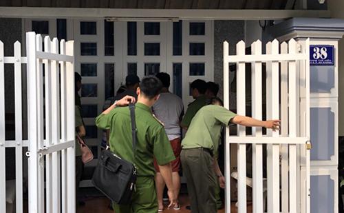 Cảnh sát khám xét ngôi nhà ở quận Ninh Kiều do nhóm này thêu làm căn cứ hoạt động phạm pháp. Ảnh: Công an cung cấp