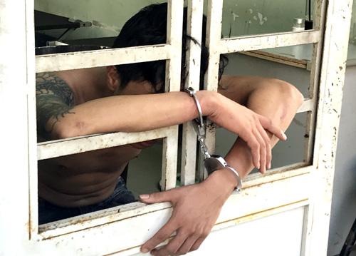 Một trong ba nghi can đang bị tạm giữ. Ảnh: Nguyệt Triều.