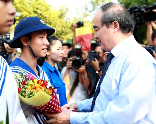 Bí thư Thành ủy TP HCM Nguyễn Thiện Nhân tặng hoa cho các tân binh. Ảnh: Thành Nguyễn.
