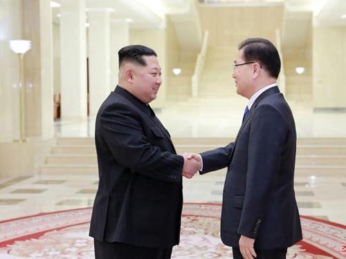 Nhà lãnh đạo Triều Tiên Kim Jong-un bắt tay với ông