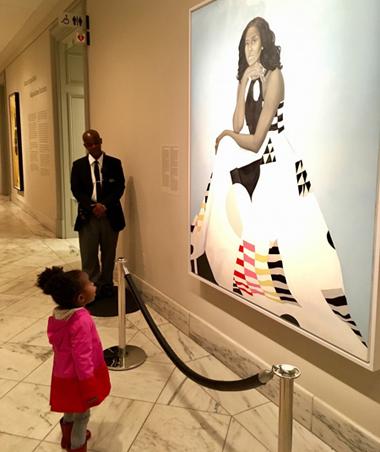 Parker ngắm tranh chân dung bà Michelle Obama. Ảnh: Ben Hines.