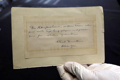 Bức thư tình của thiên tài vật lý Albert Einstein. Ảnh: AFP.
