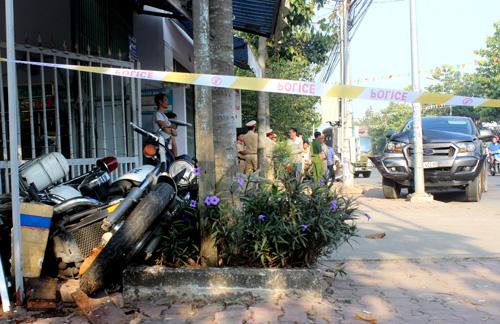 Môtô đặc chủng của cảnh sát bị ôtô của nhóm buôn lậuhúc văng vào vỉa hè. Ảnh:Nguyệt Triều.