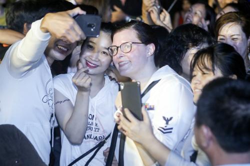 Nữ ca sĩ chính của Hạm đội 7 trong vòng vây của khán giả. Ảnh: Nguyễn Đông.