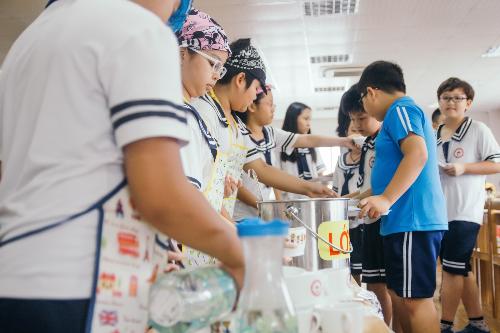 Học sinh trường Quốc tế Nhật Bản tự chia đồ ăn và thu dọn sau bữa ăn.