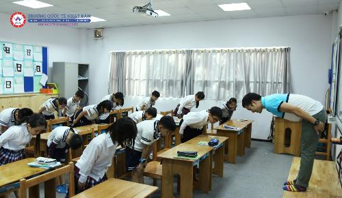 Chào hỏi đầu giờ và cuối giờ là điều bắt buộc trong giáo dục Nhật Bản.