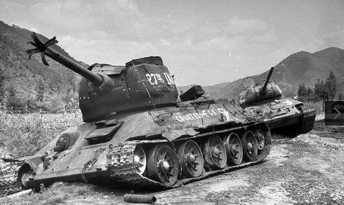 Xe tăng T-34-85 bị tiêu diệt trong Chiến tranh Triều Tiên. Ảnh: Life.