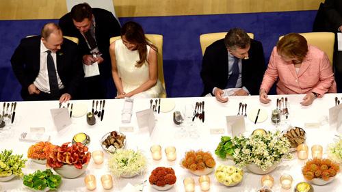 Tổng thống Nga (ngoài cùng bên trái) trò chuyện với Đệ nhất Phu nhân Mỹ Melania Trump tại tiệc tối trong sự kiện G20, Hamburg, Đức vào tháng 7/2017. Ảnh: Reuters.
